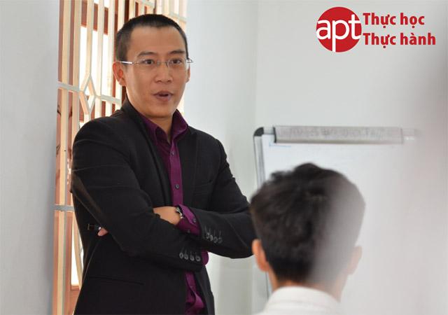 Thầy Quốc tốt nghiệp Cử nhân Kế toán – Kiểm toán – Khoa Kinh tế - Đại học Quốc Gia Thành phố Hồ Chí Minh. Thầy Quốc có hơn 10 năm kinh nghiệm làm việc với nhiều khách hàng trong và ngoài nước thuộc nhiều lĩnh vực khác nhau về dịch vụ kiểm toán, tư vấn kế toán, hệ thống quản trị doanh nghiệp, xây dựng hệ thống kiểm soát nội bộ... Có kiến thức và kinh nghiệm sâu, rộng về các lĩnh vực như xây dựng và bất động sản, hàng tiêu dùng, vận tải và khách sạn. Thầy Quốc có một nền tảng kiến thức chi tiết về các quy định của pháp luật liên quan đến kế toán Việt Nam và các chuẩn mực báo cáo tài chính quốc tế, kiểm toán, thuế, chứng khoán… Đặc biệt, thầy Quốc đã có thời gian 6 tháng làm việc tại Singapore trong vai trò giám sát kiểm toán. Giảng viên Học viện APT, đào tạo các môn: Kiểm toán thực hành, Tài chính – Kinh doanh, Đọc hiểu báo cáo tài chính Một số hình ảnh của thầy Nguyễn Phan Anh Quốc